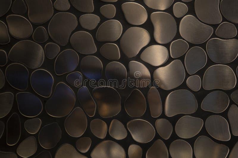 Een het patroonpoetsmiddel van de metaalsteen op zwarte vloer royalty-vrije stock afbeelding