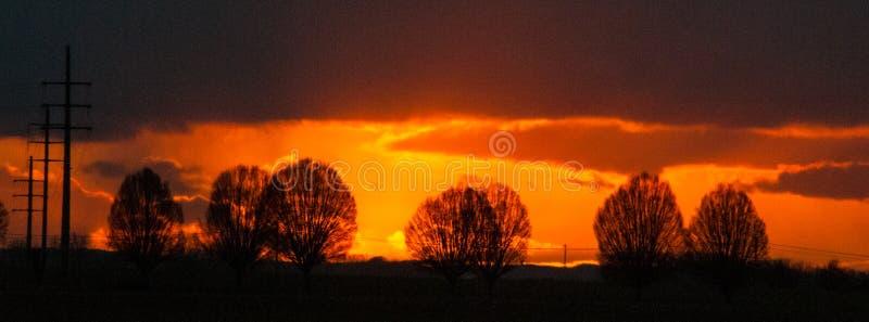 Een het plaatsen zon in Oost-Vlaanderen stock foto