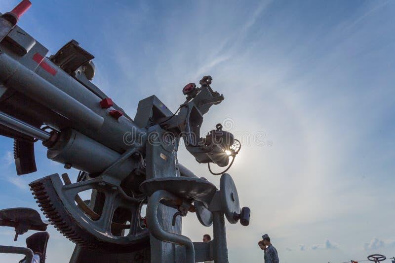 Download Een Het Schieten Kanon Op Het Slagschip Redactionele Afbeelding - Afbeelding bestaande uit kanon, overzees: 107708065