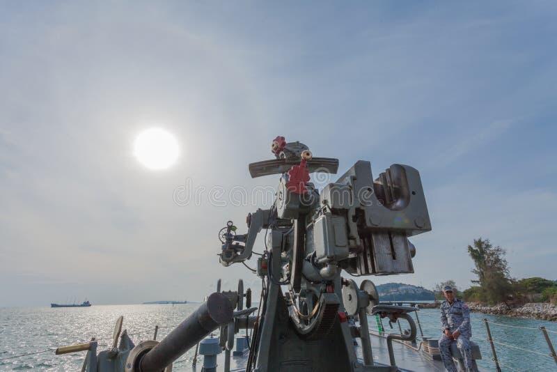 Download Een Het Schieten Kanon Op Het Slagschip Redactionele Stock Afbeelding - Afbeelding bestaande uit vliegtuigen, overzees: 107708099