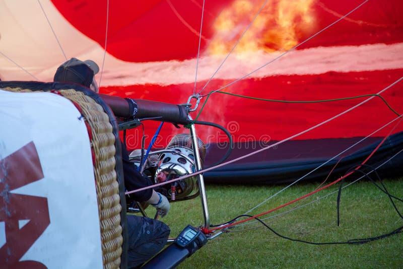 Een hete lucht van ballon proefbrandwonden en blaast zijn ballon op start op voor te bereiden stock foto's