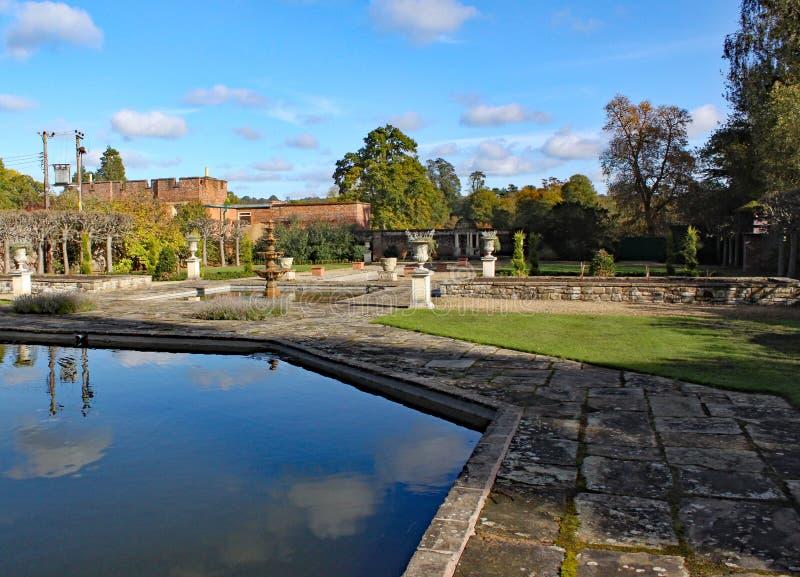 Een hexagonale vijver en formele tuinen bij Arley-Arboretum in de Binnenlanden in Engeland stock fotografie