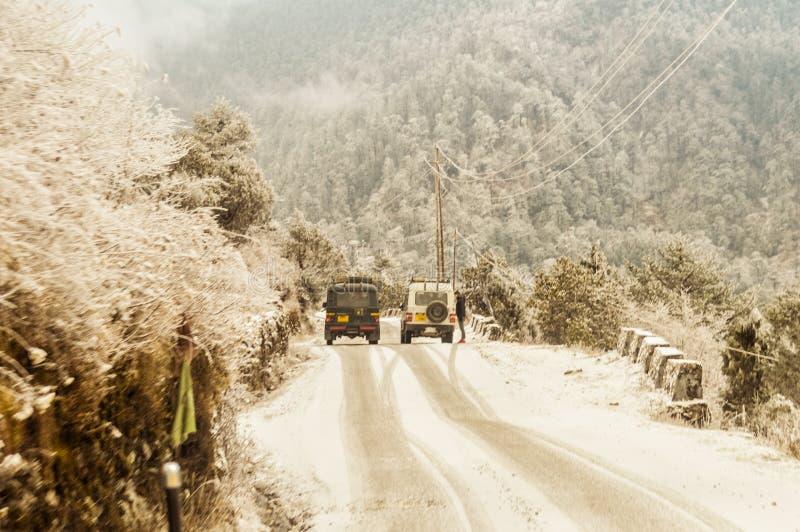 Een himalayan bergheuvel waar de langzame snelheidsauto zich vooruit tegen ernst in Magnetische Heuvel, natuurlijke wonder in Leh royalty-vrije stock foto's