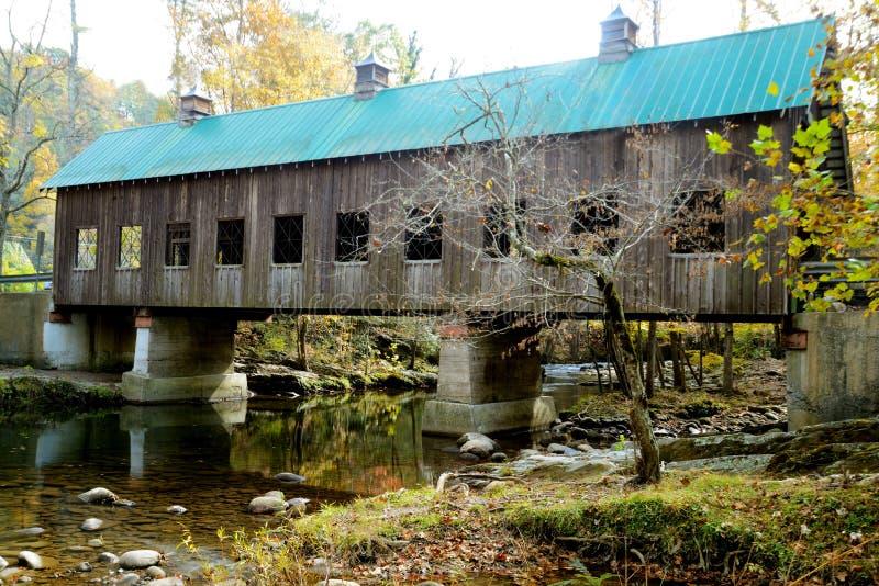 Een historische behandelde brug in Smokies in daling royalty-vrije stock foto