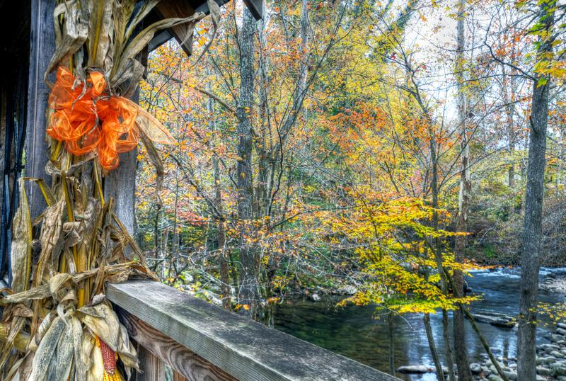 Een historische behandelde brug in Smokies in daling royalty-vrije stock afbeelding