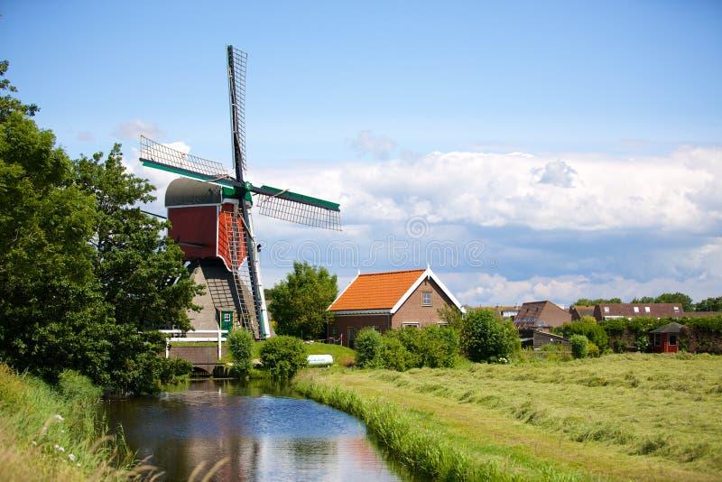 Een historische waterwindmolen in Oud Ade stock foto's