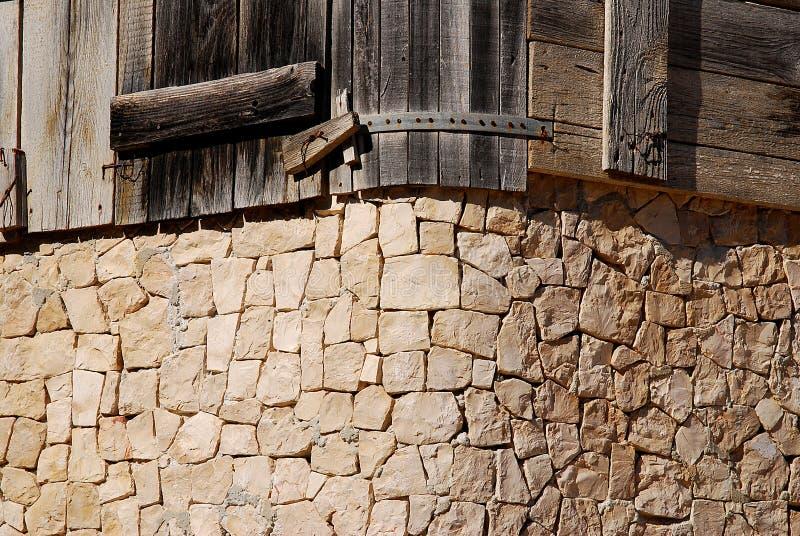 Een hoek schikte in de vorm van steenblokken en een houten deel van de omheining stock foto