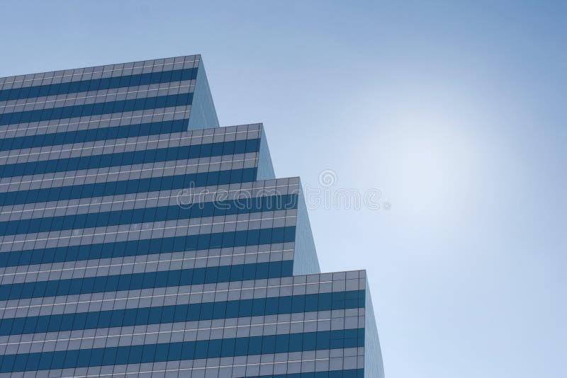 Een hoge moderne toren die zich tegen hemel in middag bevinden royalty-vrije stock foto