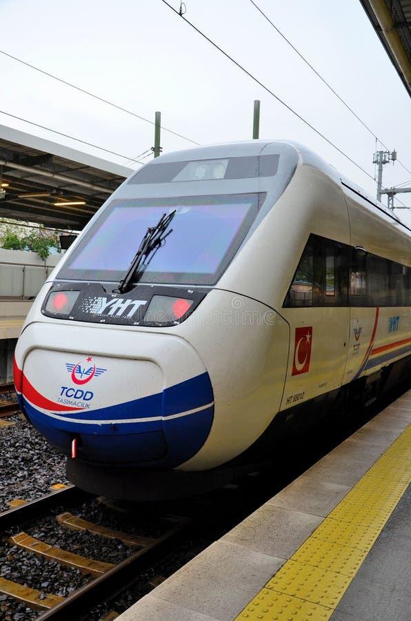 Een hoge snelheidsultrasnelle trein van Turkse die Spoorwegen bij Pendik-Post Istanboel Turkije worden geparkeerd stock foto