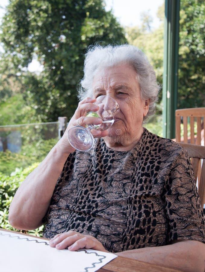 Hoger vrouwen drinkwater royalty-vrije stock foto