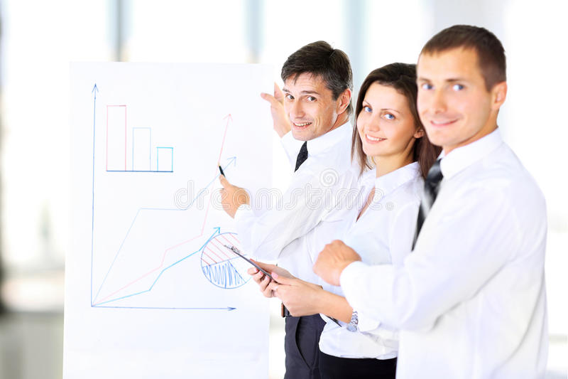 Een hogere directeur die een presentatie leveren stock afbeelding