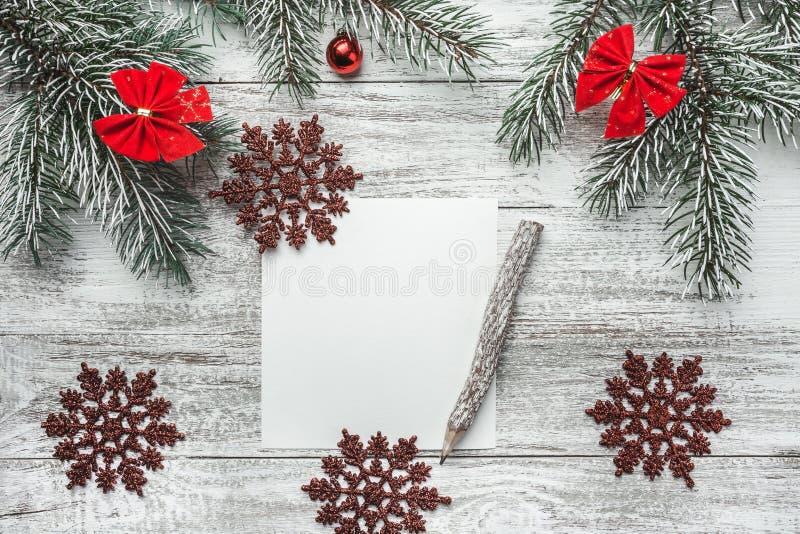 Een hogere mening van Kerstmis, nieuwe jaarbrief die, kaart, op een rustieke achtergrond, met oud stijlpotlood schrijven en altij royalty-vrije stock fotografie