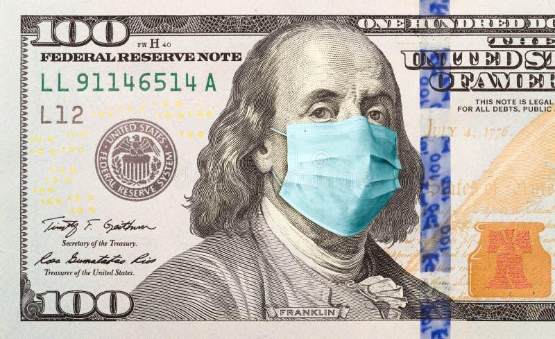 Een honderd dollar met een medisch gezichtsmasker op Benjamin Franklin royalty-vrije stock fotografie