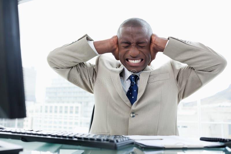Een hoofdpijn terwijl het werken met een computer royalty-vrije stock foto