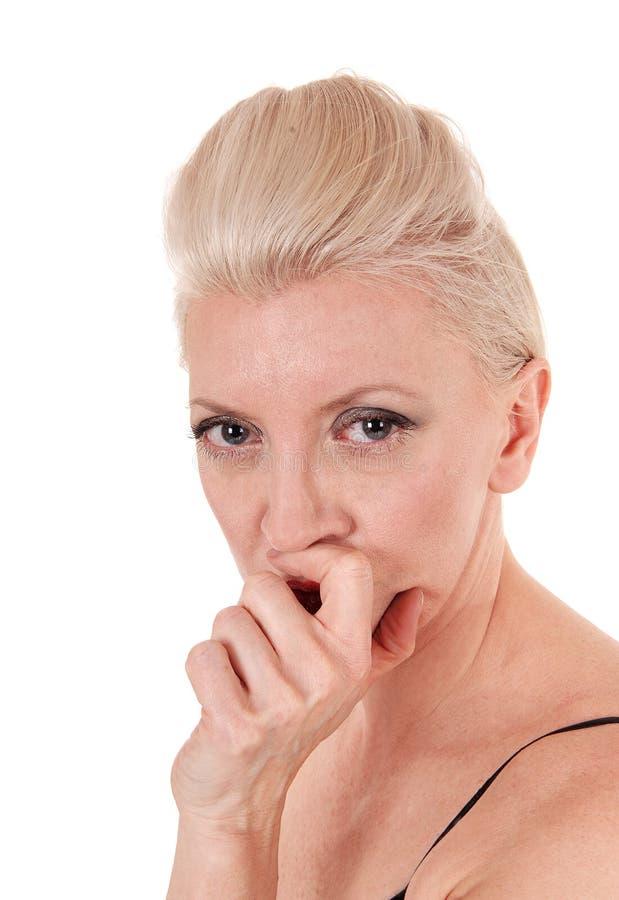 Een hoofdspruit van een mooie blonde vrouw die in camera kijken stock fotografie