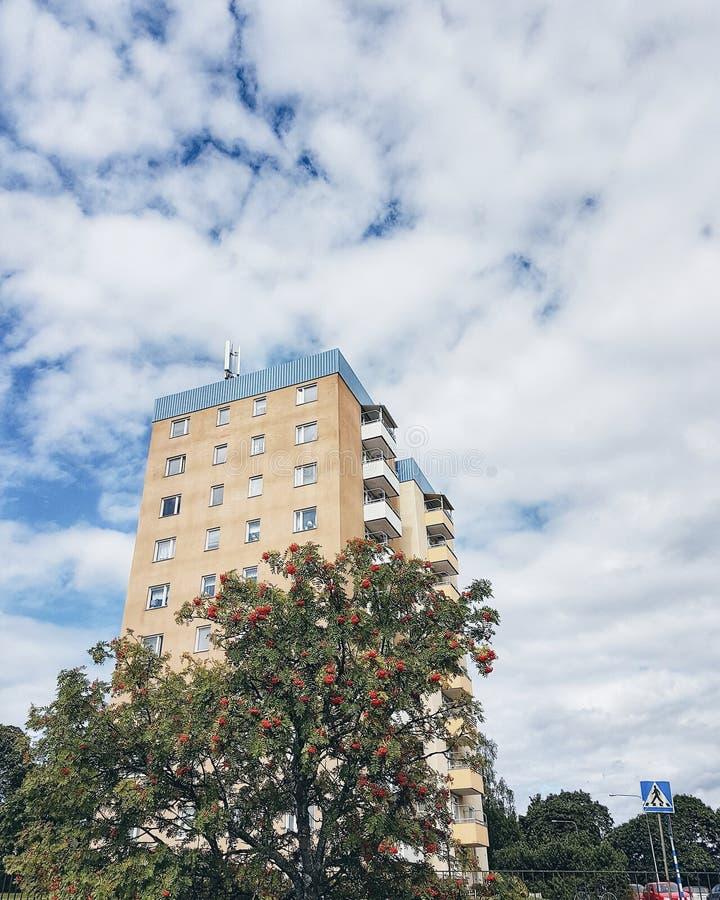 Een hoog gebouw tegen een bewolkte hemel royalty-vrije stock foto's