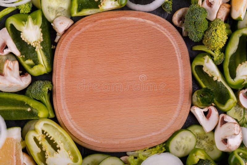 Een hoogste mening over houten raad en verse groene groenten Het concept van het voedsel royalty-vrije stock foto