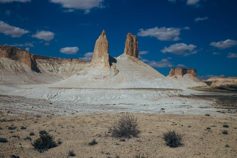 Een hoogtepunt bereikte rotsen en ruggegraten in Bosjira-bergcanion, plateau de woestijn van Ustyurt, Kazachstan stock fotografie