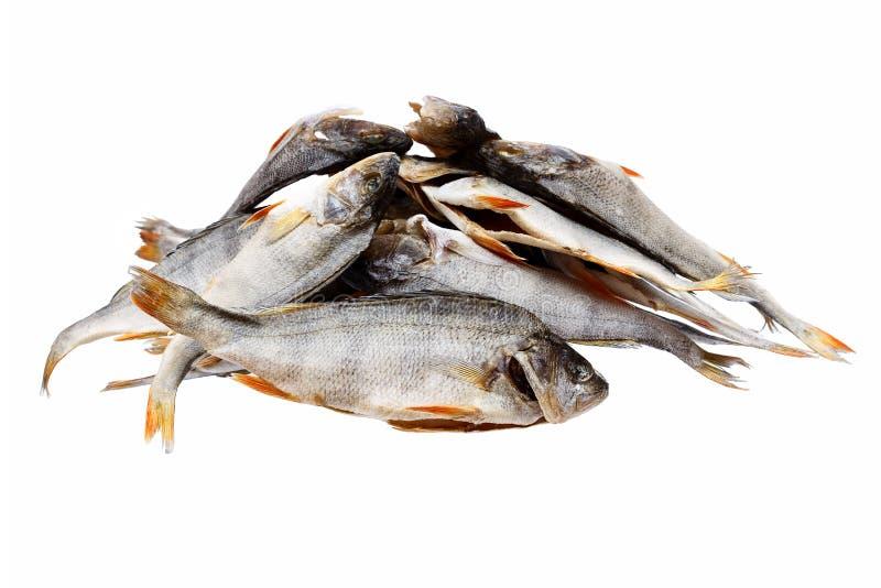 Een hoop van de zoute droge baarzen van riviervissen, geïsoleerde toppositie royalty-vrije stock afbeeldingen