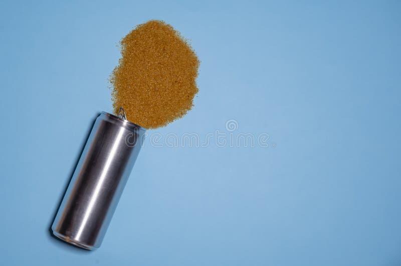 Een hoop van suiker is bevat in sprankelende dranken De bruine die suiker, van een aluminium wordt gegoten kan, symboliseert de d royalty-vrije stock afbeeldingen