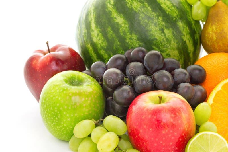 Een hoop van vele verschillende tropische die vruchten op witte achtergrond worden ge?soleerd stock afbeeldingen