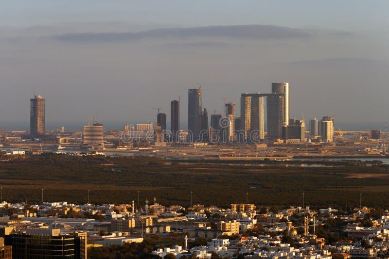 Een horizonmening van Abu Dhabi, de V.A.E bij schemer, die naar Reem Island kijken royalty-vrije stock fotografie