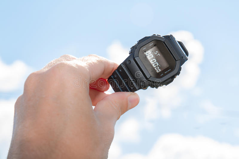 Een horloge aan de hemel wordt gesteund die royalty-vrije stock foto's