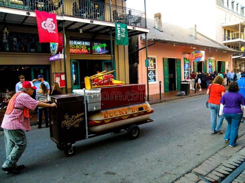 Een Hotdogverkoper verhoogt zijn kar de Straat in New Orleans stock fotografie