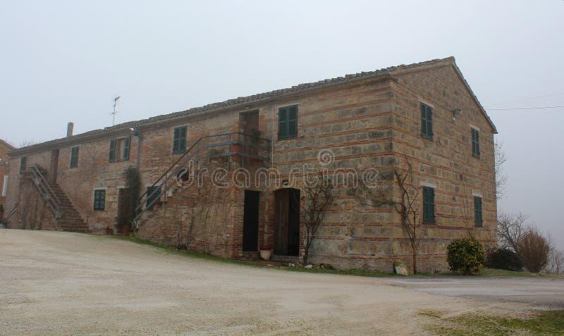 Een hotel van de oude landbouwbouw, Fabriano, Italië wordt gemaakt dat royalty-vrije stock fotografie