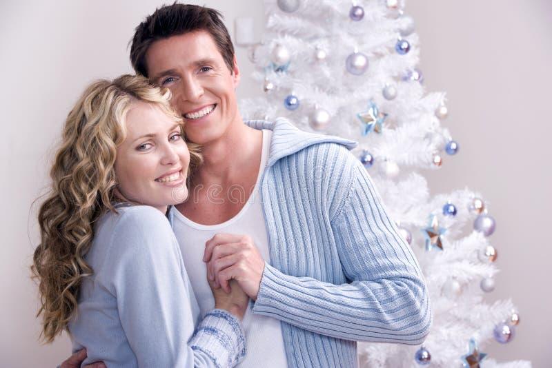 Een houdend van Kerstmispaar stock foto's