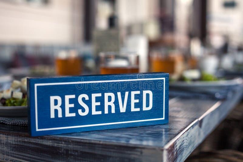 Een houten blauwe en witte rechthoekige plaat met de inschrijving R stock foto's