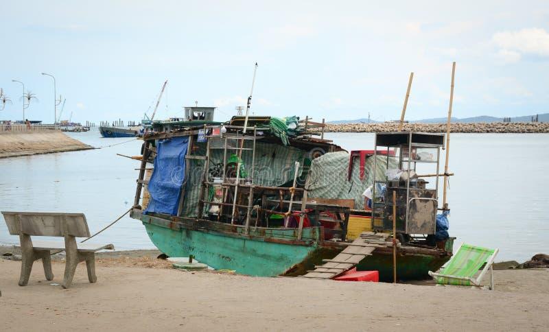 Een houten boot die bij Dinh-caupijler dokken in Phu Quoc, Vietnam stock fotografie