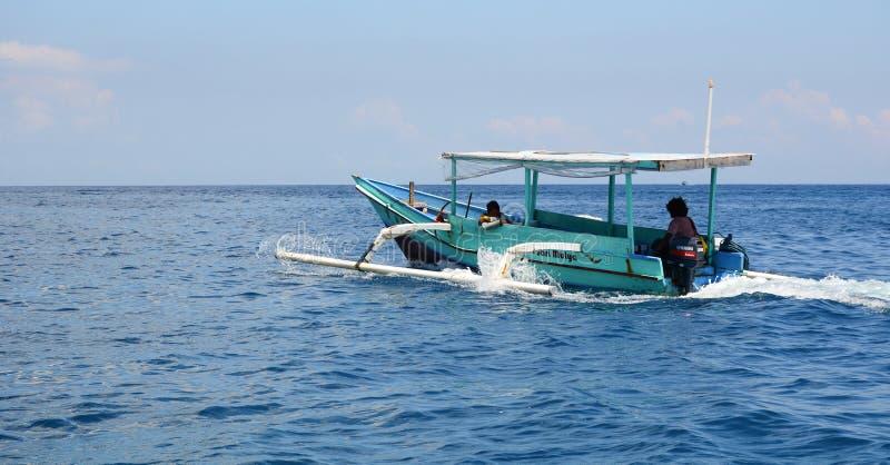 Een houten boot die op blauwe overzees in Gili Meno, Indonesië lopen stock afbeeldingen