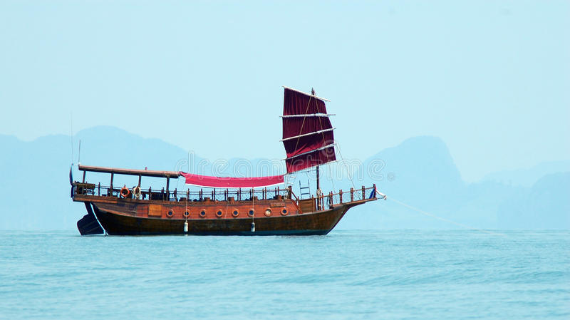 Een houten boot op het overzees in Phang Nga, Thailand royalty-vrije stock fotografie