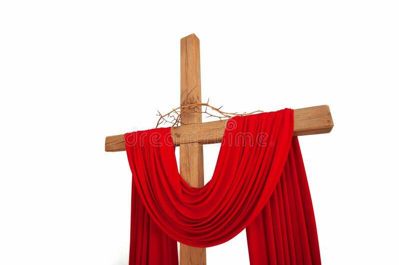 Een houten christelijk kruis met een kroon van geïsoleerde doornen stock foto