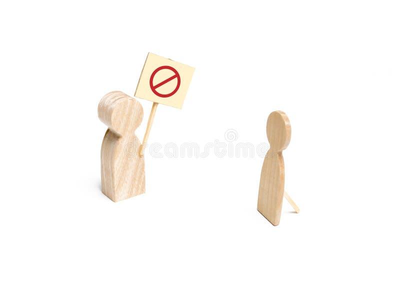 Een houten cijfer van een persoon protesteert met een affiche dichtbij een vals cijfer van een persoon Het concept teleurstelling stock afbeeldingen