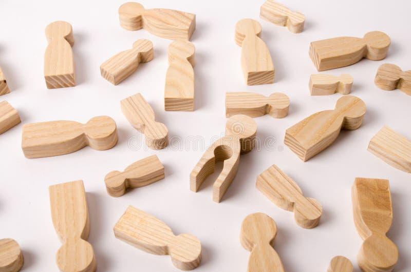 Een houten cijfer van een vrouw met een leegte binnen in de vorm van een kind Het concept het verlies van kind, abortus van zwang stock afbeelding