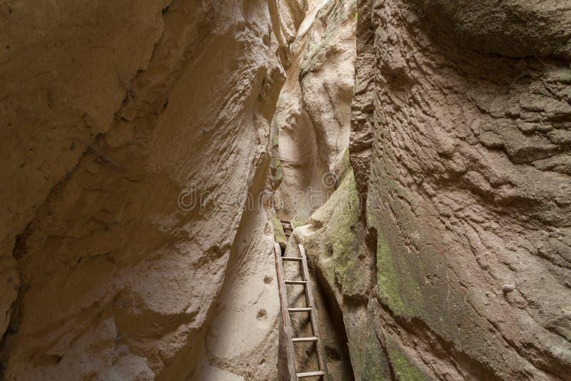 Een houten die trap in de rivier bij de voet steile rotsachtige bergen dichtbij Goreme in Turkije wordt gevestigd royalty-vrije stock foto's