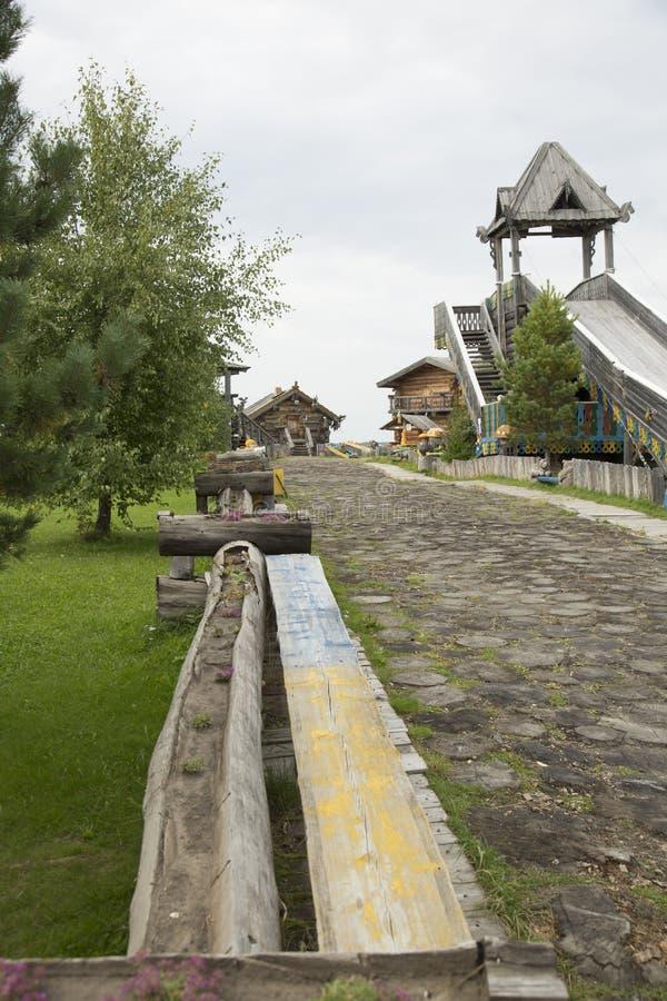 Een houten die weg met dikke logboeken wordt bedekt leidt tot de observatietoren royalty-vrije stock afbeelding