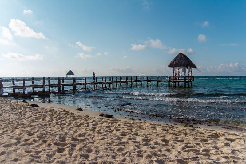 Een houten dok op de Caraïbische Zee Golven royalty-vrije stock afbeeldingen