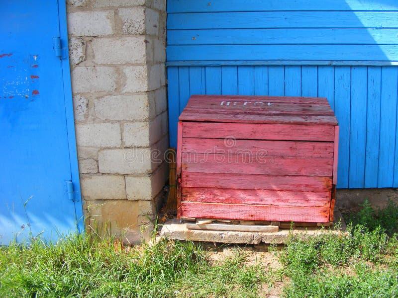 Een houten doos met zand om een brand te doven royalty-vrije stock afbeeldingen