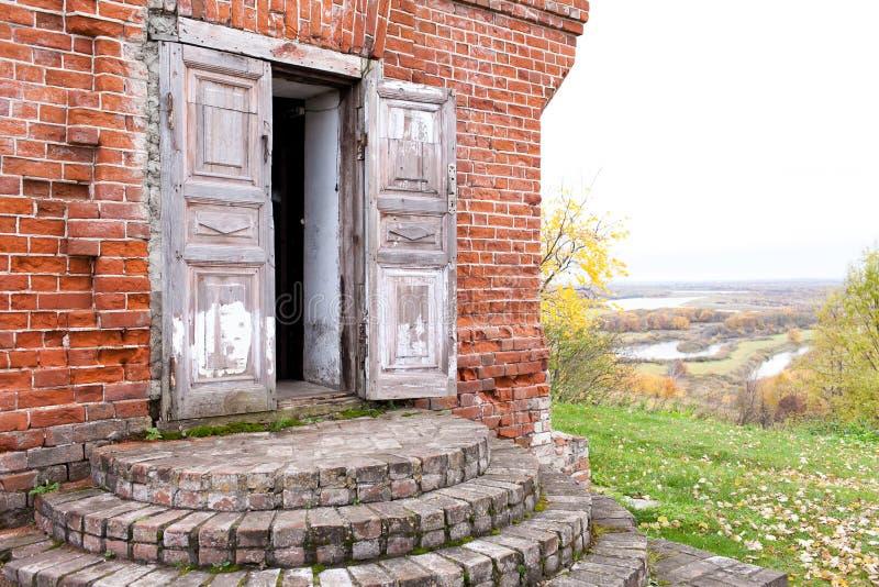 Een houten dubbele deur in een oud verlaten huis Één deurblad is open Rukavishnikovmanor in het dorp van Podviazye royalty-vrije stock afbeeldingen