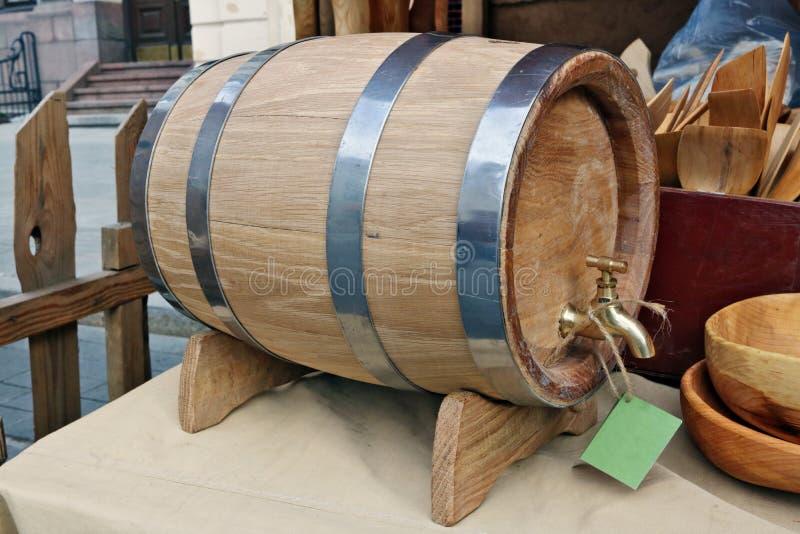 Een houten eiken vaatje voor bier wordt verkocht buiten tijdens de markt stock foto's