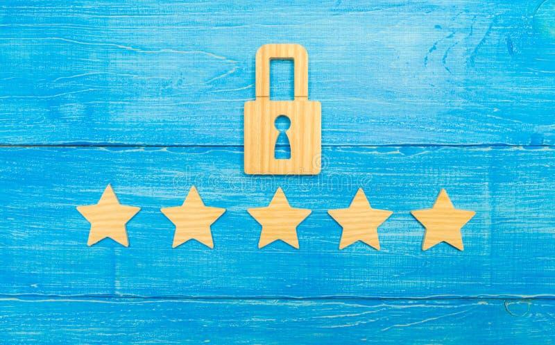 Een houten hangslot en vijf sterren Veiligheid, veiligheid van gebruikers en zaken Internet-veiligheid, antivirus, gegevensbesche stock foto's