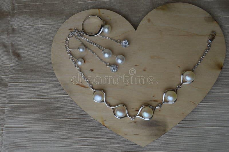 Download Een Houten Hart Voor De Dag Van Valentine ` S Met Zilveren Ornamenten Met Parels En Diamanten Stock Afbeelding - Afbeelding bestaande uit voedsel, gift: 107700801