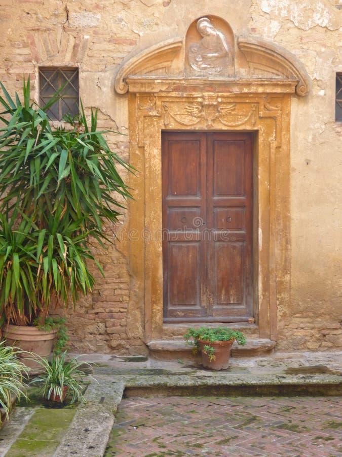 Een Houten Kerkdeur in een Heuvelstad van Toscanië royalty-vrije stock afbeeldingen