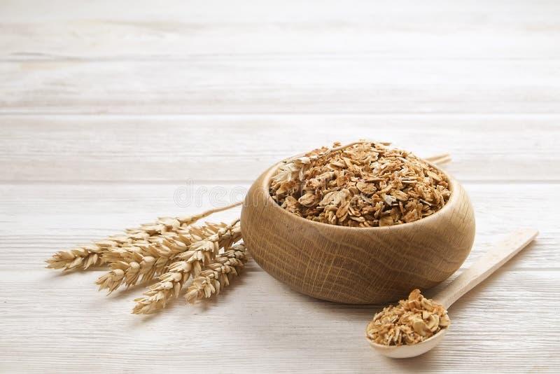 Een houten kom gedroogd fruit en de noten slepen mengeling met amandelen, rozijnen, zaden, cachou, hazelnoot, rozijnen, Amerikaan stock afbeelding
