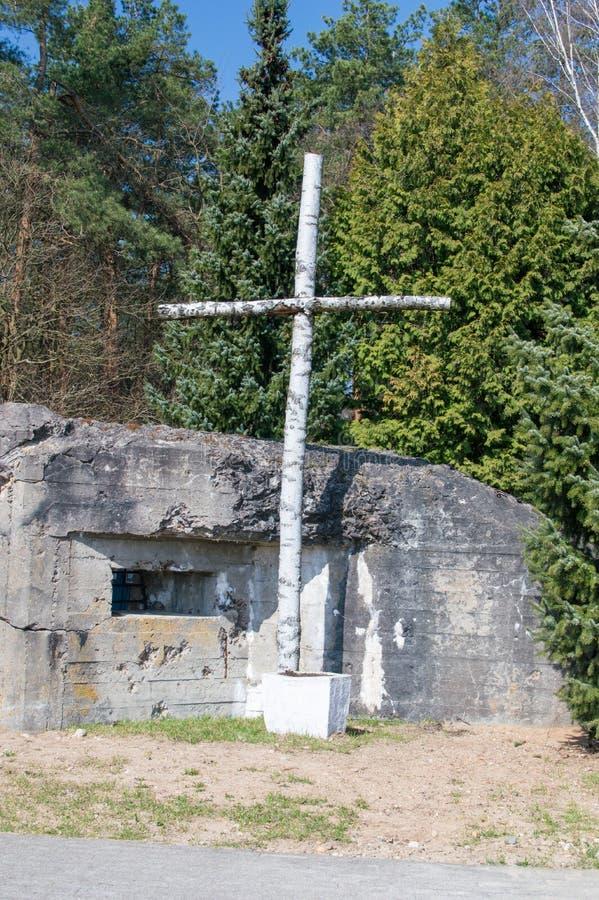 Een houten kruis naast de bunker bij de herdenking van de slag van Mlawa, die tijdens de Tweede Wereldoorlog plaatsvond royalty-vrije stock foto's