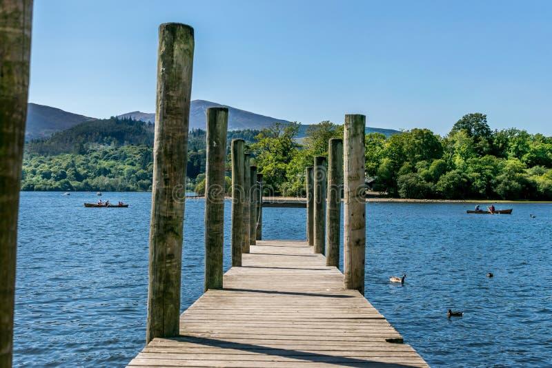 Een houten pier of een pijler op een rivier of een meer stock foto