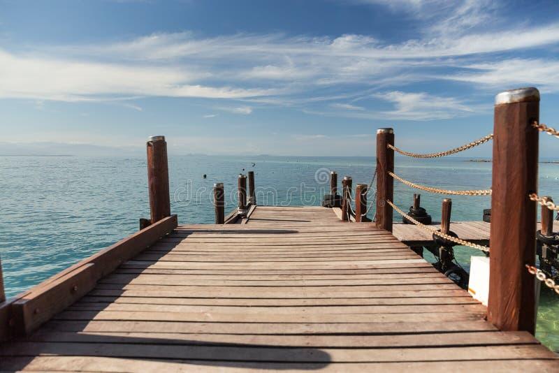 Een houten promenade in Kota Kinabalu in Maleisië stock foto's